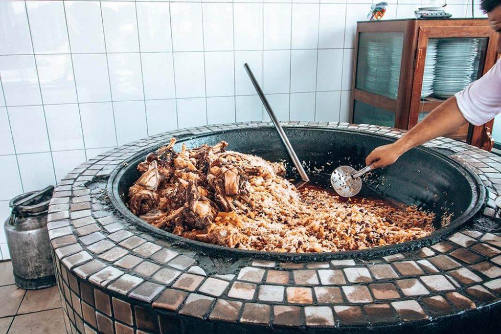 Preparación del Plov plato típico de Uzbekistán