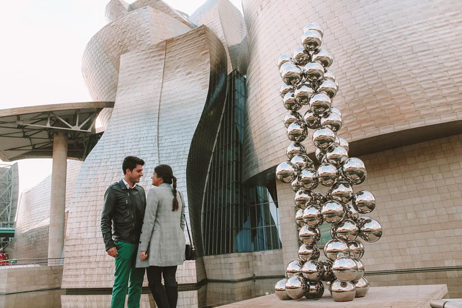 El gran árbol y el ojo al lado del Guggenheim