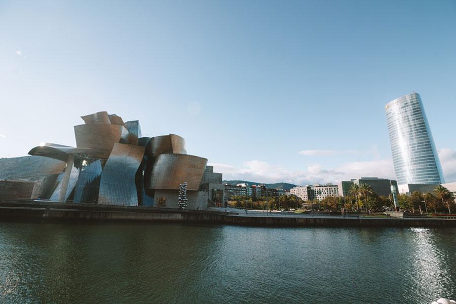 Vistas del Guggenheim desde el otro lado de la ría